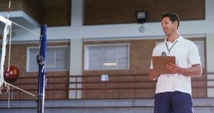 Männlicher Trainer, der Volleyballspieler in der Übung 4k unterstützt stock video footage