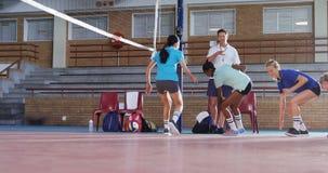 Männlicher Trainer, der Volleyballspieler in der Übung 4k unterstützt stock footage