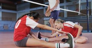 Männlicher Trainer, der Volleyballspieler unterstützt, wenn Übung 4k ausgedehnt wird stock video