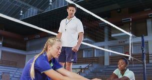 Männlicher Trainer, der Volleyballspieler unterstützt, wenn Übung 4k ausgedehnt wird stock footage