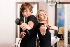 Männlicher und weiblicher Friseur Lizenzfreie Stockfotos