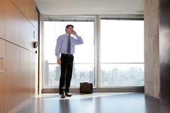 Männlicher Unternehmer beim Aufruf lizenzfreie stockfotos