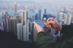 Männlicher Unternehmer ist Holdingzelltelefon mit Kopienraumschirm lizenzfreie stockfotos