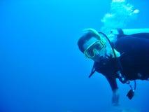 Männlicher Unterwasseratemgerät-Taucher Stockfotos