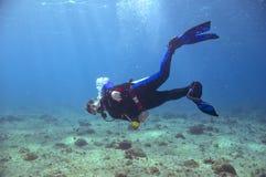 Männlicher Unterwasseratemgerättaucher Lizenzfreie Stockbilder