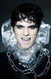 Männlicher Vampir, der seine Reißzähne zeigt Stockfotografie