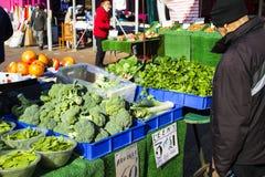 Männlicher Verbraucher an einem offenen Straßenmarkt Einkaufsobst und gemüse - Straßenmarkt Helthy-Lebensmittel lizenzfreie stockbilder