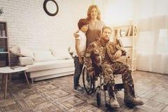 Männlicher Veteran im Rollstuhl-Heimkehr-Konzept lizenzfreie stockfotos