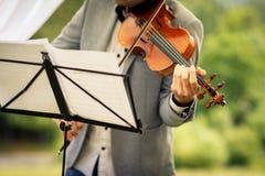 Männlicher Violinist, der sein Instrument spielt stockfoto