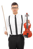 Männlicher Violinist, der Violine und einen Stab hält Lizenzfreies Stockfoto