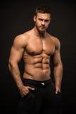 Männlicher vorbildlicher Konstantin Kamynin mit Muskeln