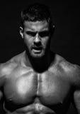 Männlicher vorbildlicher Konstantin Kamynin mit Muskeln Lizenzfreie Stockfotografie