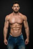 Männlicher vorbildlicher Konstantin Kamynin mit Muskeln Stockfoto