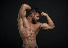 Männlicher vorbildlicher Konstantin Kamynin mit Muskeln Stockbild
