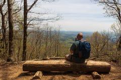 Männlicher Wanderer an übersehen von Georgia Blue Ridge Mountains stockfoto