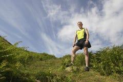 Männlicher Wanderer auf Wiese Lizenzfreie Stockbilder