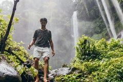 Männlicher Wanderer, der hinunter den Gebirgspfad geht Lizenzfreie Stockfotografie