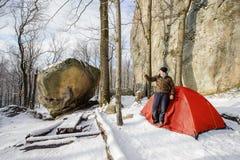 Männlicher Wanderer fast sein rotes Zelt in den Bergen Lizenzfreies Stockfoto