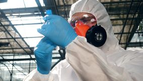 Männlicher Wissenschaftler betrachtet das Rohr mit Chemikalien stock video