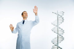 Männlicher Wissenschaftler, der Genetik allein studiert lizenzfreies stockbild