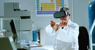 Männlicher Wissenschaftler, der Kopfhörer 4k der virtuellen Realität verwendet stock video