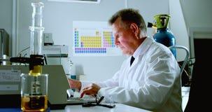 Männlicher Wissenschaftler, der Laptop auf Schreibtisch 4k verwendet stock footage