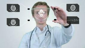 Männlicher Wissenschaftler, der Röntgenstrahl, Tomogramm auf einer futuristischen Tablette analysiert Bewegungsgraphik stock video