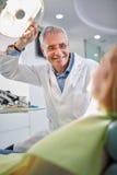Männlicher Zahnarzt auf Arbeitsplatz in der zahnmedizinischen Klinik Stockfoto