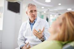 Männlicher Zahnarzt auf Arbeitsplatz in der zahnmedizinischen Praxis Stockfotos