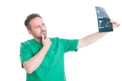 Männlicher Zahnarzt, der Gebissröntgenstrahl analysiert Stockfoto