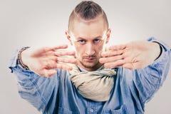Männlicher zeitgenössischer Hip-Hop-Tänzer im Denim Stockfotos