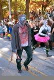 Männlicher Zombie geht in Halloween-Parade Lizenzfreie Stockfotos