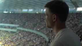 Männliches aufpassendes Sportzuschauerspiel am Stadion, konzentriert und aufgeregt, Sorge stock footage