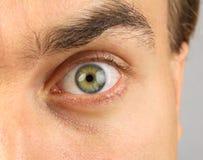 Männliches Auge, bedrohlich-aussehend Stockfotos