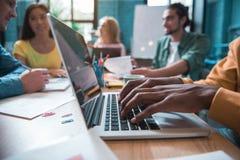 Männliches digitales Gerät des Handpressens clavier lizenzfreie stockfotos