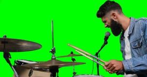 Männliches drumer, das Trommel spielt stock footage