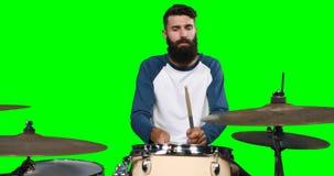 Männliches drumer, das Trommel spielt stock video