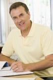Männliches erwachsenes Kursteilnehmerstudieren lizenzfreies stockbild