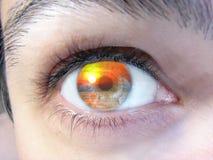 Männliches Gesicht mit Sonnenuntergangansicht in das Auge Lizenzfreie Stockfotos