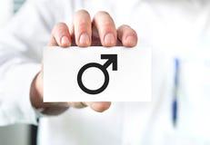Männliches Gesundheitskonzept Doktor, der Visitenkarte hält stockbilder