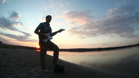 Männliches Gitarristmannstraßen-Musikerspielen stock footage