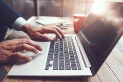 Männliches Handschreiben Moderner Laptop auf Schreibtisch Lizenzfreies Stockfoto