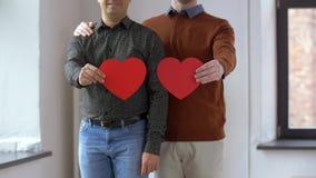 Männliches homosexuelles Paar mit rotem Herzen formt zu Hause stock video