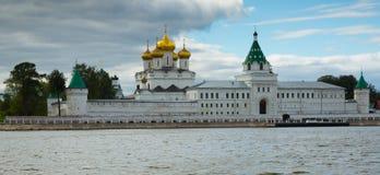 Männliches Ipatievsky-Kloster am bewölkten Tag in Kostroma, Russland Lizenzfreie Stockfotografie