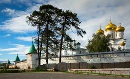 Männliches Ipatievsky-Kloster am bewölkten Tag in Kostroma, Russland Stockbilder