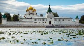 Männliches Ipatievsky-Kloster am bewölkten Tag in Kostroma, Russland Lizenzfreie Stockfotos