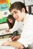 Männliches Jugendkursteilnehmer-Studieren Stockfotos
