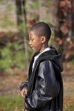 Männliches Kind des Afroamerikaners, das draußen spielt Lizenzfreie Stockfotos
