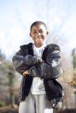 Männliches Kind des Afroamerikaners, das draußen spielt lizenzfreie stockbilder