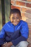 Männliches Kind des Afroamerikaners, das draußen spielt stockbild